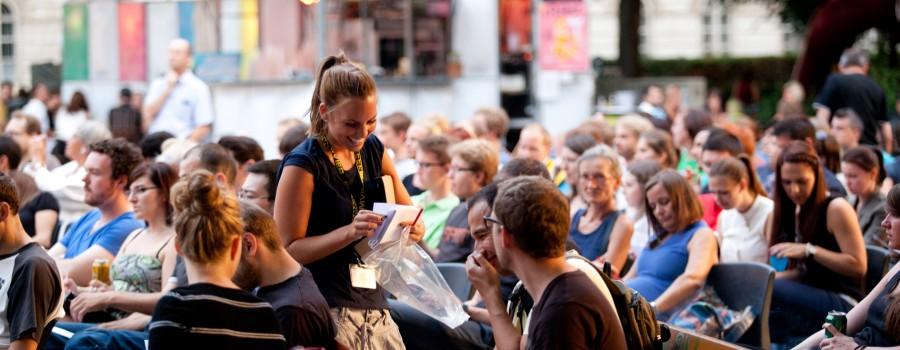 Tanja teilt die Zettel zum Ankreuzen aus